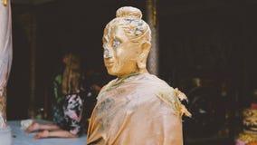 Uma estátua de um close-up dourado de buddha Condição de Bodhi do deus santamente fotografia de stock royalty free