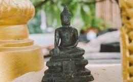 Uma estátua de um close-up dourado de buddha Condição de Bodhi do deus santamente imagem de stock