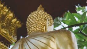 Uma estátua de um close-up dourado de buddha Condição de Bodhi do deus santamente fotos de stock royalty free