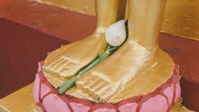 Uma estátua de um close-up dourado de buddha Condição de Bodhi do deus santamente foto de stock royalty free