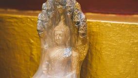 Uma estátua de um close-up dourado de buddha Condição de Bodhi do deus santamente imagens de stock royalty free