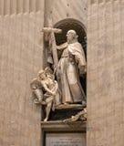 Uma estátua dentro de St Peter imagem de stock