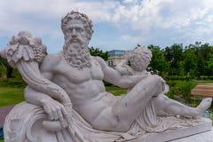Uma estátua do deus Zeus que senta-se com um anjo e que guarda uma cornucópia fotos de stock royalty free