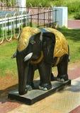 Uma estátua do elefante no parque fotos de stock