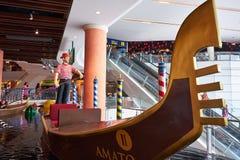 Uma estátua do homem da pá no terminal 21 Pattaya fotografia de stock royalty free