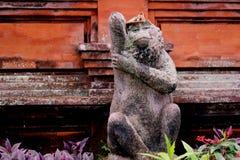 Uma estátua do macaco no templo bali do ubud fotografia de stock royalty free