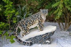 Uma estátua do Snow Leopard feita dos tijolos de Lego imagem de stock royalty free