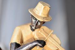 Uma estátua do violinista imagem de stock