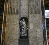 Uma estátua em Saint Peter Basilica em Roma imagens de stock royalty free