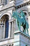 Uma estátua na frente da basílica do coração sagrado de Paris Fotos de Stock Royalty Free