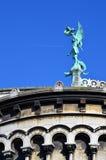 Uma estátua na frente da basílica do coração sagrado de Paris Fotografia de Stock Royalty Free