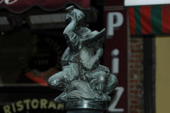 Uma estátua pequena de beber de dois homens Foto de Stock
