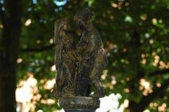 Uma estátua pequena dos pares que falam um com o otro Foto de Stock Royalty Free