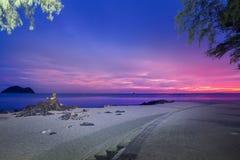 Uma estátua popular da sereia na pedra na praia de Samila na província de Songkhla no nascer do sol com ilha e nos navios no fund Imagens de Stock Royalty Free