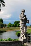 Uma estátua que descreve uma mulher com uma bola à disposição na ponte de Oderzo na província de Treviso no Vêneto (Itália) imagem de stock