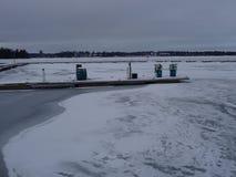 Uma estação de gasolina está vazia devido ao inverno em nosso arquipélago e em sua natureza bonita dela Fotografia de Stock