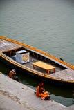 Uma estadia de manhã no rio do ghat do ganga Imagem de Stock