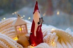 Uma estatueta cerâmica pequena de Santa vermelha Imagens de Stock