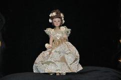 Uma estatueta de uma menina da porcelana em um vestido com rosas imagens de stock royalty free