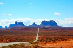 Uma estrada ao vale Utá do monumento Imagens de Stock