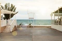 Uma estrada asfaltada conduz à praia Cremalheira das salvas-vidas fotografia de stock royalty free