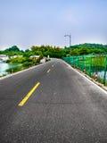 Uma estrada asfaltada rural fotografia de stock