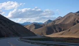 Uma estrada através da passagem de Lindis em Nova Zelândia fotografia de stock royalty free