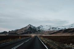 Uma estrada através de Islândia Imagens de Stock