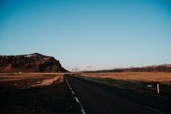 Uma estrada através de Islândia Imagens de Stock Royalty Free