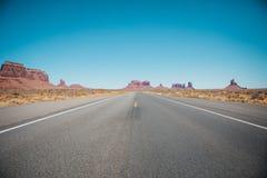 Uma estrada através do deserto do sudoeste em América fotografia de stock royalty free