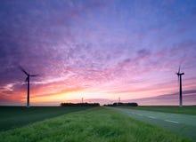 Uma estrada através dos moinhos de vento Fotografia de Stock Royalty Free