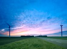 Uma estrada através dos moinhos de vento Imagem de Stock Royalty Free