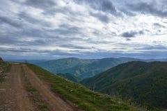 Uma estrada com vista nas montanhas circunvizinhas fotografia de stock