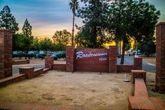 Uma estrada da entrada que vai ao parque do Roadrunner rv, Califórnia imagens de stock