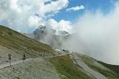 Uma estrada da montanha do enrolamento em França foto de stock royalty free