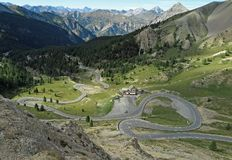 Uma estrada da montanha do enrolamento em França imagem de stock royalty free