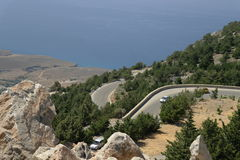 Uma estrada de enrolamento alta nas montanhas Foto de Stock Royalty Free