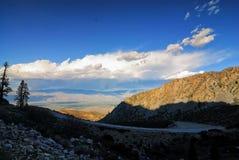 Uma estrada de enrolamento corta completamente a serra Nevada Mountains com uma vista excitante abaixo fotografia de stock royalty free