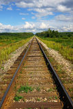 Uma estrada de ferro vazia que desaparece na perspectiva Imagens de Stock Royalty Free