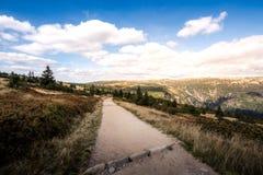 Uma estrada de terra que conduz a montanha imagens de stock