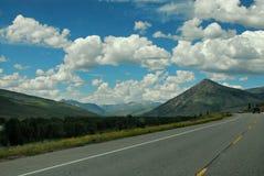 Uma estrada disparou com algumas nuvens agradáveis ao viajar através de Utá ou de Colorado Imagem de Stock