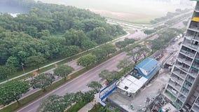 Uma estrada e uma construção civil Fotos de Stock Royalty Free
