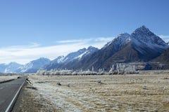 Uma estrada espanada neve da montanha fotografia de stock royalty free