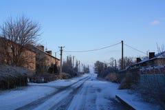 Uma estrada está em uma vila Fotografia de Stock Royalty Free