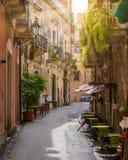 Uma estrada estreita e pitoresca em Ortigia, Siracusa Siracusa, na região de Sicília, Itália imagens de stock