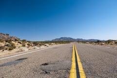 Uma estrada neverending ao horizont Imagens de Stock Royalty Free