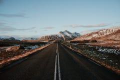 Uma estrada para montanhas em Islândia Foto de Stock Royalty Free