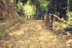 Uma estrada pitoresca, correndo através do terreno montanhoso na selva de Vietname Com tonificação fotografia de stock royalty free