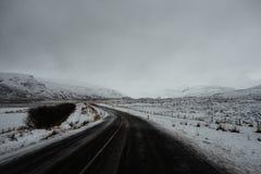 Uma estrada que conduz através de Islândia Foto de Stock Royalty Free