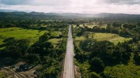 Uma estrada que conduz no horizonte fotografia de stock